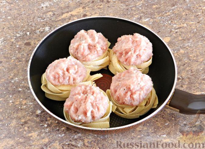 Фото приготовления рецепта: Дрожжевые пирожки с рыбой, варёными яйцами и зелёным луком - шаг №4