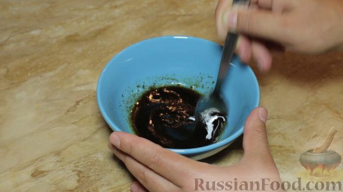 Фото приготовления рецепта: Слоёный салат с кукурузой, морковью по-корейски, яйцами и зелёным луком - шаг №4