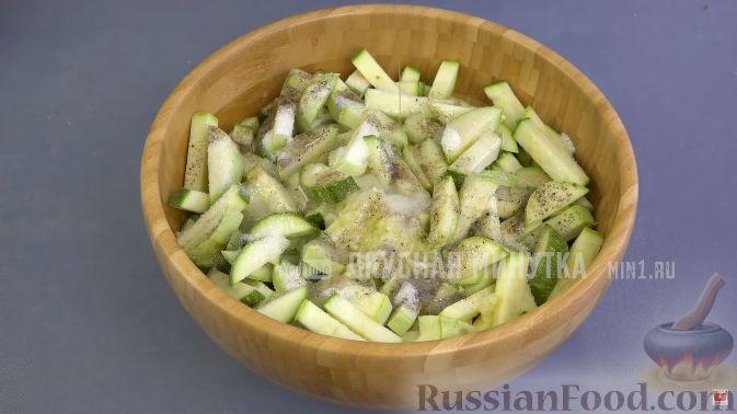 Фото приготовления рецепта: Голубцы из пекинской капусты с куриным фаршем, изюмом и кедровыми орехами - шаг №12