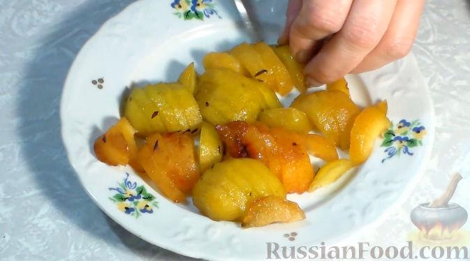 Фото приготовления рецепта: Пирог со сливами и грушами - шаг №4