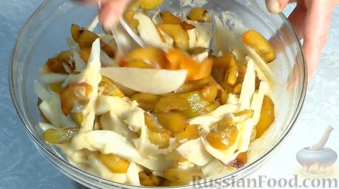 Фото приготовления рецепта: Пирог со сливами и грушами - шаг №6