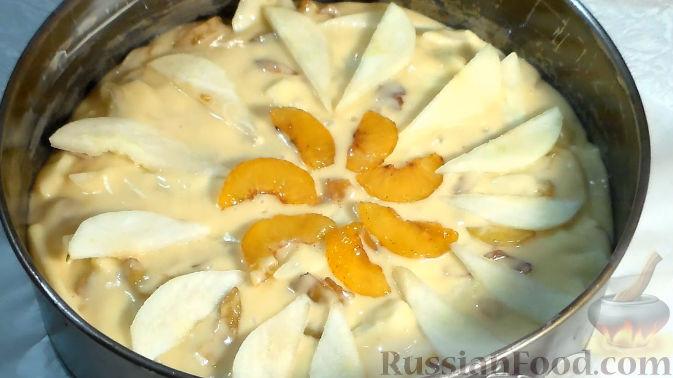 Фото приготовления рецепта: Пирог со сливами и грушами - шаг №7