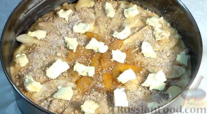 Фото приготовления рецепта: Пирог со сливами и грушами - шаг №9