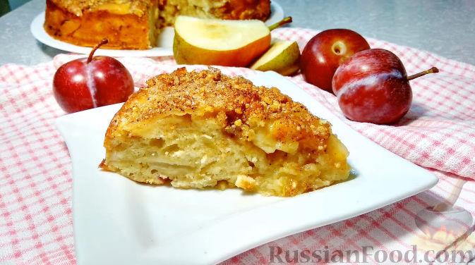 Фото к рецепту: Пирог со сливами и грушами