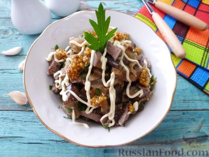 """Фото к рецепту: Салат """"Муравьиная горка"""" с языком и баклажаном"""