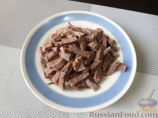 """Фото приготовления рецепта: Салат """"Муравьиная горка"""" с языком и баклажаном - шаг №9"""