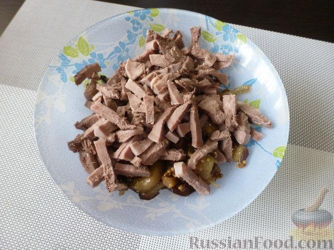 """Фото приготовления рецепта: Салат """"Муравьиная горка"""" с языком и баклажаном - шаг №11"""