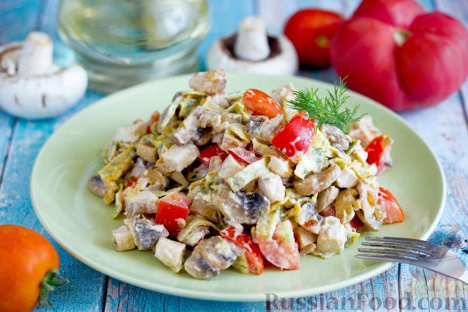 Фото к рецепту: Салат с запеченным куриным филе и яичными блинчиками