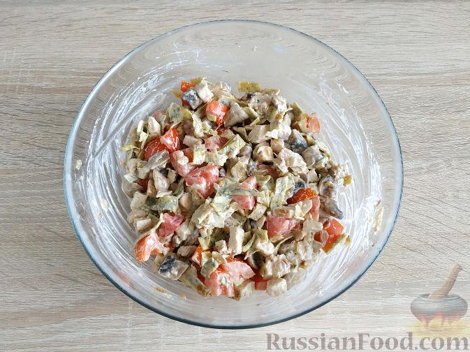 Фото приготовления рецепта: Салат с запеченным куриным филе и яичными блинчиками - шаг №14