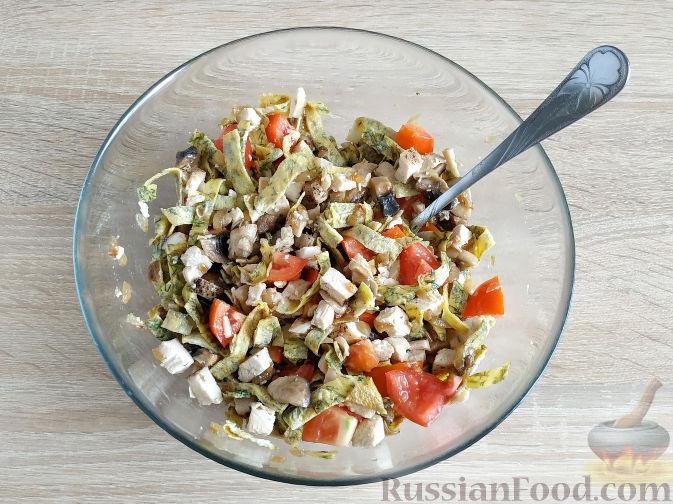 Фото приготовления рецепта: Салат с запеченным куриным филе и яичными блинчиками - шаг №13
