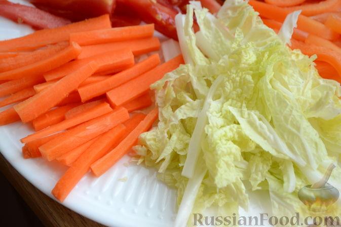"""Фото приготовления рецепта: Овощной салат """"Радуга"""" с голубикой - шаг №3"""