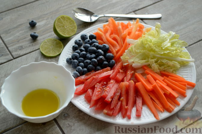 """Фото приготовления рецепта: Овощной салат """"Радуга"""" с голубикой - шаг №5"""
