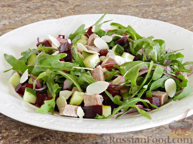 Фото приготовления рецепта: Слоёный салат с копчёной курицей, картофелем, морковью, свёклой и черносливом - шаг №14