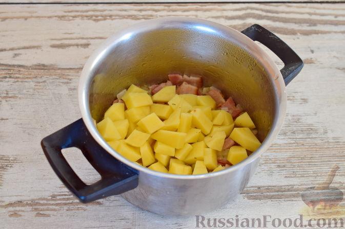 Фото приготовления рецепта: Ирландский суп с капустой и беконом - шаг №7