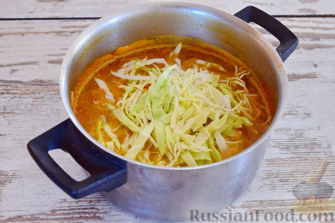 Фото приготовления рецепта: Ирландский суп с капустой и беконом - шаг №10
