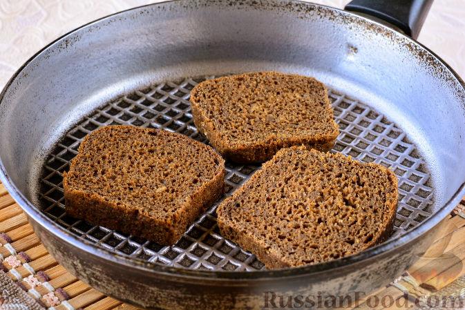 Фото приготовления рецепта: Огурцы, засоленные с ржаным хлебом - шаг №2
