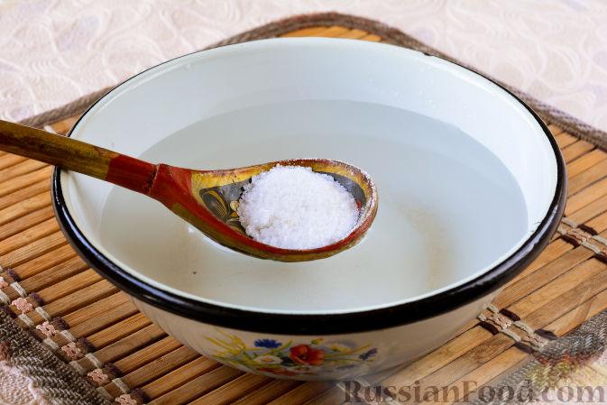 Фото приготовления рецепта: Огурцы, засоленные с ржаным хлебом - шаг №4