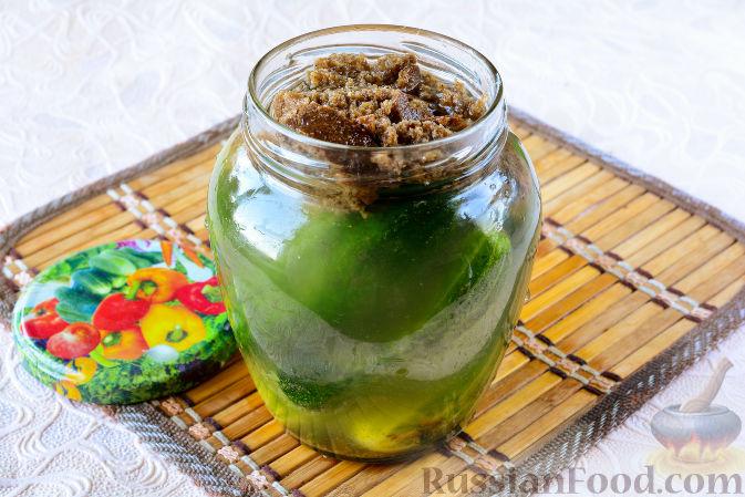 Фото приготовления рецепта: Огурцы, засоленные с ржаным хлебом - шаг №9