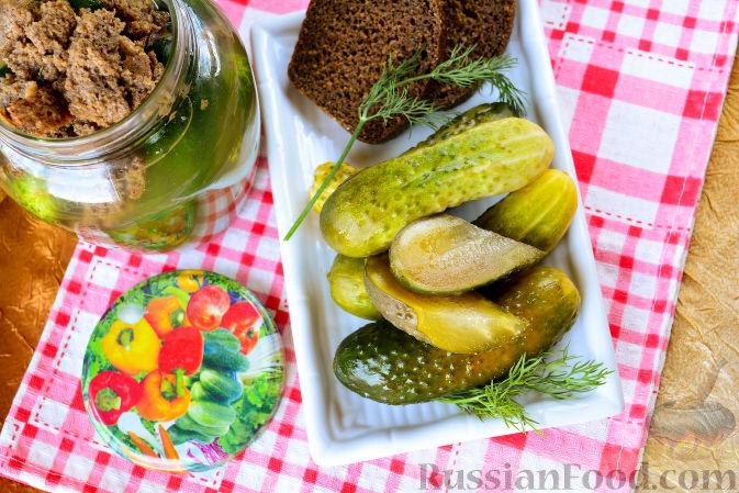 Фото приготовления рецепта: Огурцы, засоленные с ржаным хлебом - шаг №11