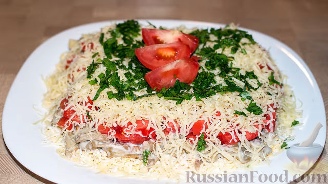 Фото к рецепту: Салат из баклажанов с сыром и помидорами