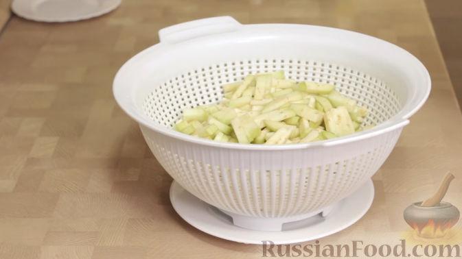 Фото приготовления рецепта: Салат из баклажанов с сыром и помидорами - шаг №2