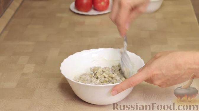 Фото приготовления рецепта: Салат из баклажанов с сыром и помидорами - шаг №4