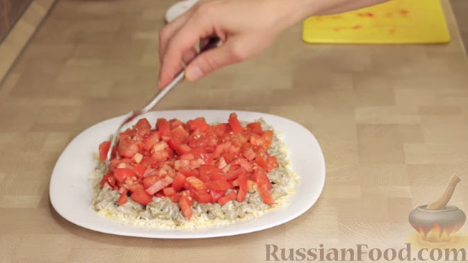 Фото приготовления рецепта: Салат из баклажанов с сыром и помидорами - шаг №8