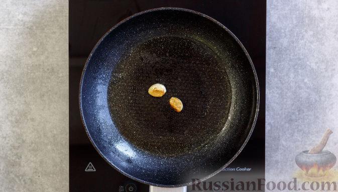 Фото приготовления рецепта: Куриная печень, запечённая с луком и сыром - шаг №5