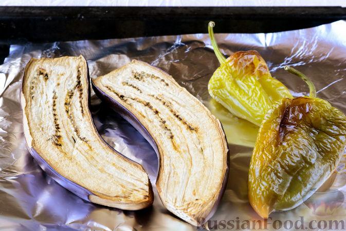 Фото приготовления рецепта: Салат с рыбными консервами и баклажанами - шаг №5