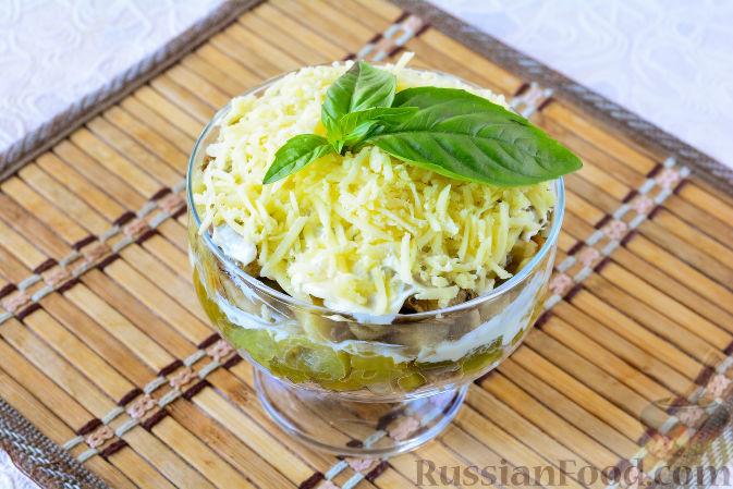 Фото приготовления рецепта: Салат с рыбными консервами и баклажанами - шаг №8