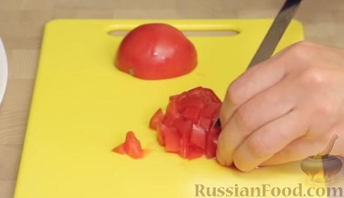 Фото приготовления рецепта: Салат из баклажанов с сыром и помидорами - шаг №6