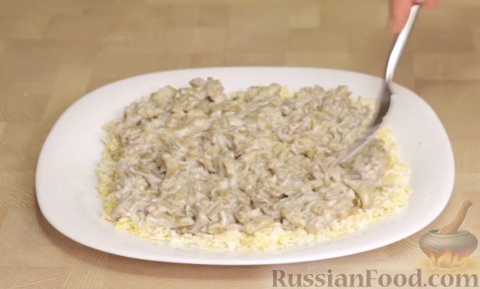 Фото приготовления рецепта: Салат из баклажанов с сыром и помидорами - шаг №7