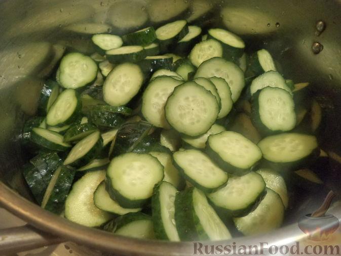 Фото приготовления рецепта: Салат из огурцов «Пять соток» - шаг №3
