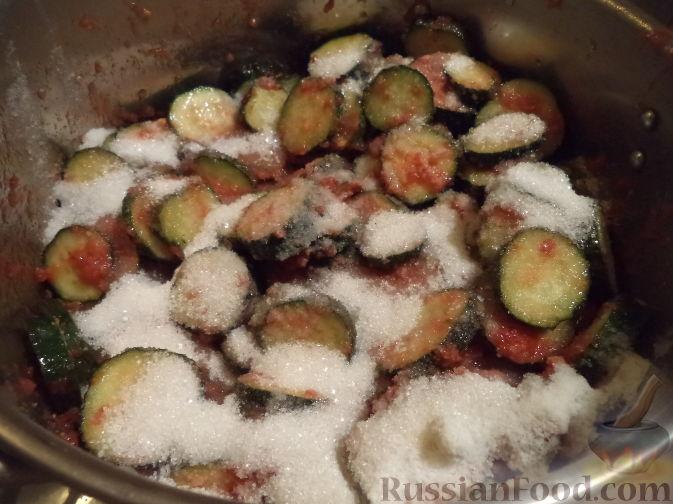 Фото приготовления рецепта: Салат из огурцов «Пять соток» - шаг №6
