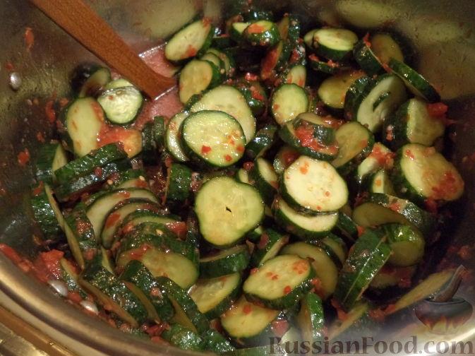 Фото приготовления рецепта: Салат из огурцов «Пять соток» - шаг №7