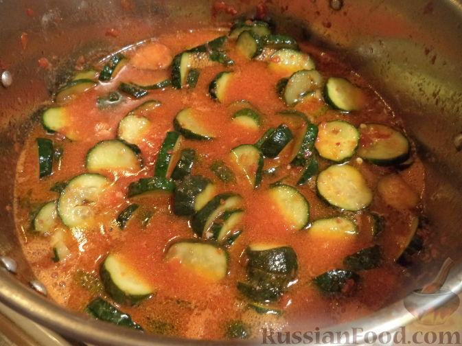 Фото приготовления рецепта: Салат из огурцов «Пять соток» - шаг №8