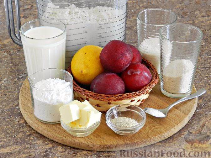 Фото приготовления рецепта: Булочки со сливами - шаг №1