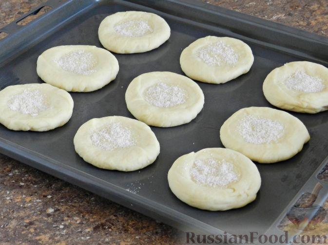 Фото приготовления рецепта: Булочки со сливами - шаг №11