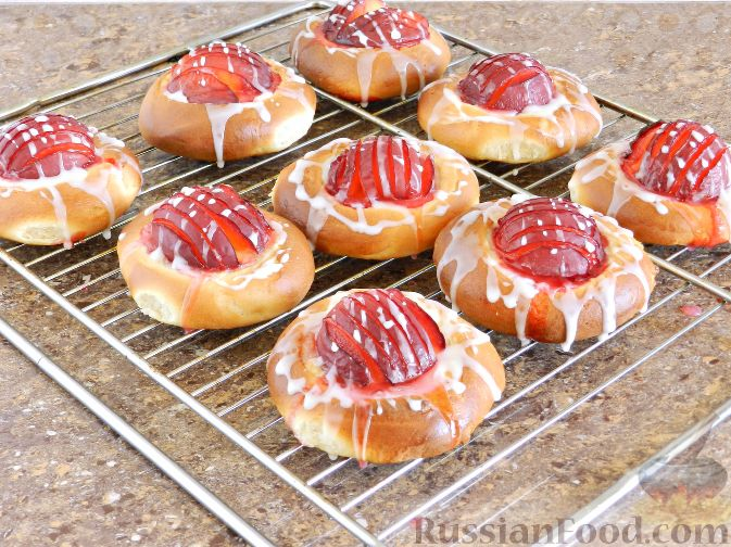 Фото приготовления рецепта: Булочки со сливами - шаг №15
