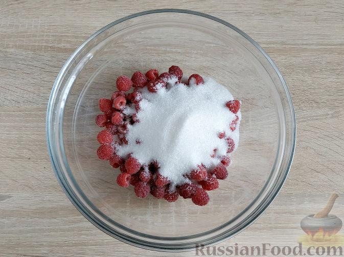 Фото приготовления рецепта: Малиновое варенье с мятой - шаг №2