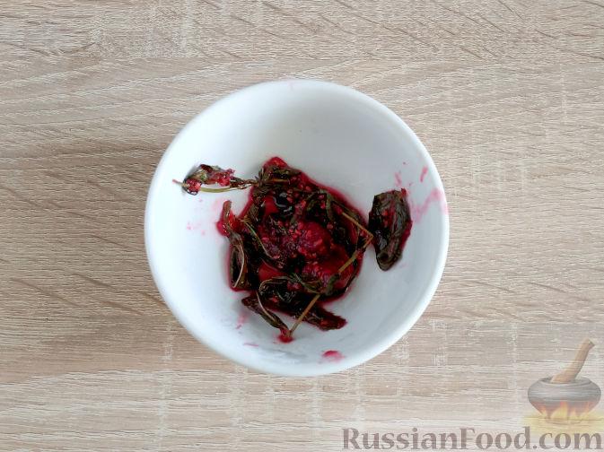 Фото приготовления рецепта: Малиновое варенье с мятой - шаг №6