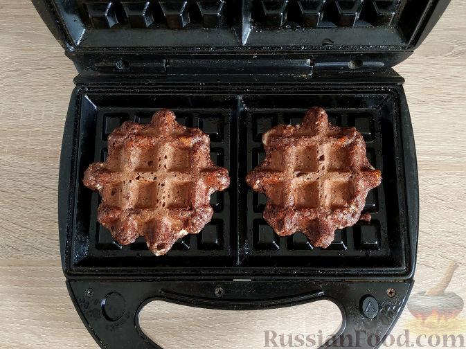 Фото приготовления рецепта: Рулетики из индейки с грибами, яйцами и сыром, запечённые в сметане - шаг №12