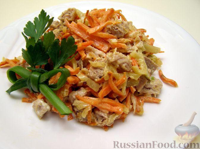 Рецепт салата Обжорка может быть с мясом и солеными огурцами, или с