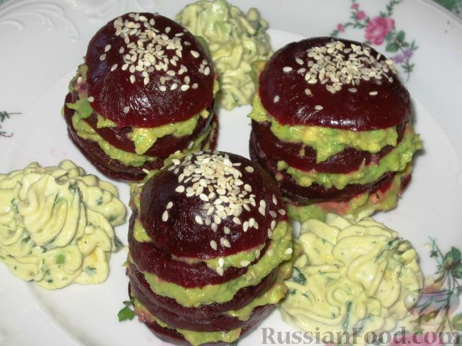 Фото к рецепту: Свекольные башенки с авокадо