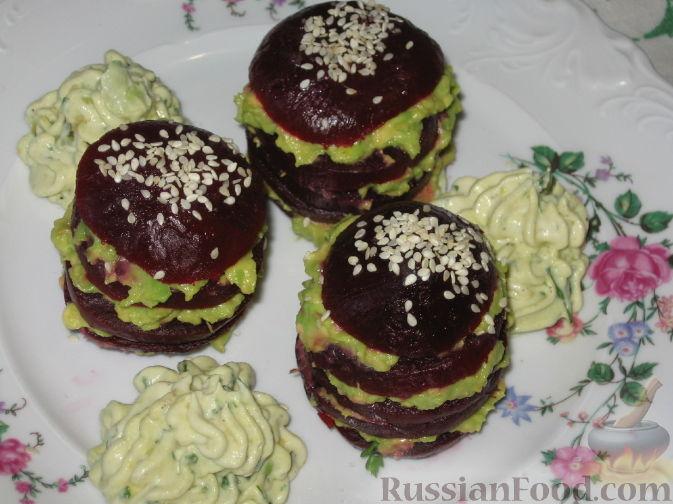 Фото приготовления рецепта: Свекольные башенки с авокадо - шаг №4