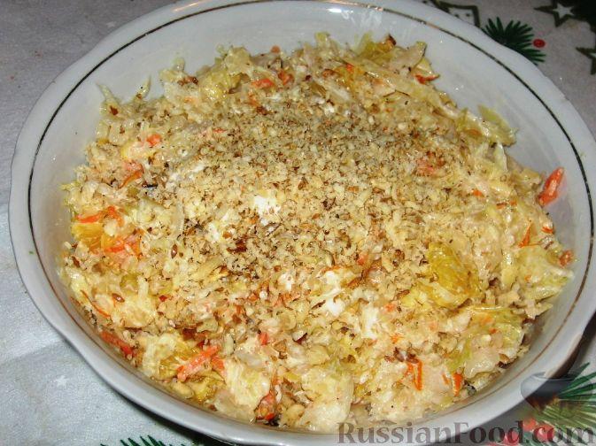 Фото приготовления рецепта: Салат из квашеной капусты с апельсинами - шаг №3