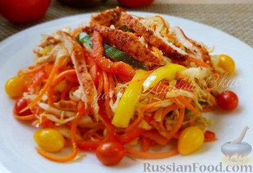 """Фото к рецепту: Салат """"Азиатский"""" с курицей и овощами"""