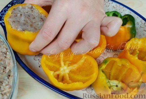 Фото приготовления рецепта: Слоёный салат со свёклой, кукурузой, колбасой и маринованными огурцами - шаг №10