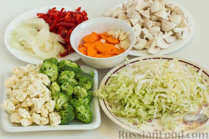 Фото приготовления рецепта: Овощное рагу с грибами, в сметанно-сырном соусе - шаг №2