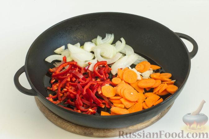Фото приготовления рецепта: Овощное рагу с грибами, в сметанно-сырном соусе - шаг №3